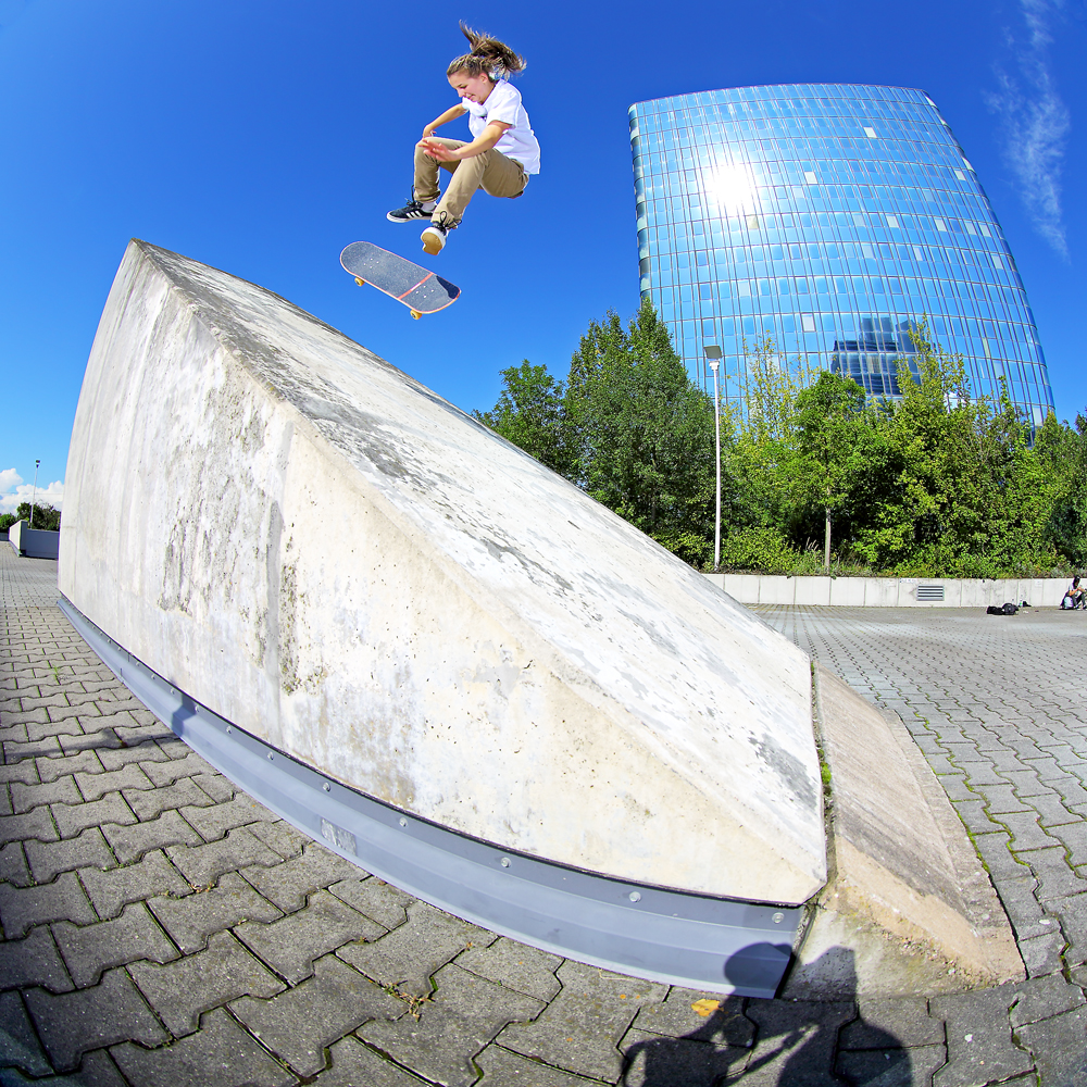 LeaSchaefer_Kickflip2Fakie_1adj_SML_Frankfurt.jpg